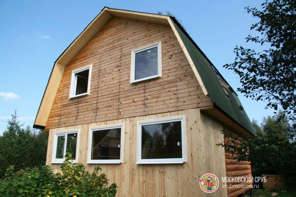"""Пример сруба дома с закрытой обшитой верандой. Крыша двухскатная с полноценным мансардным этажом. В проект входил фундамент ленточный и кровельные работы """"под ключ""""."""