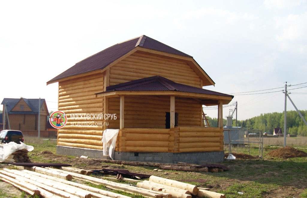 Интересный проект сруба дома, имеющий рубленую веранду
